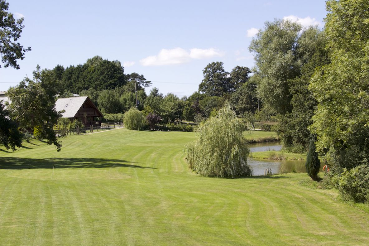 accommodation overlooking lakes and golf course. perfect for fishing.